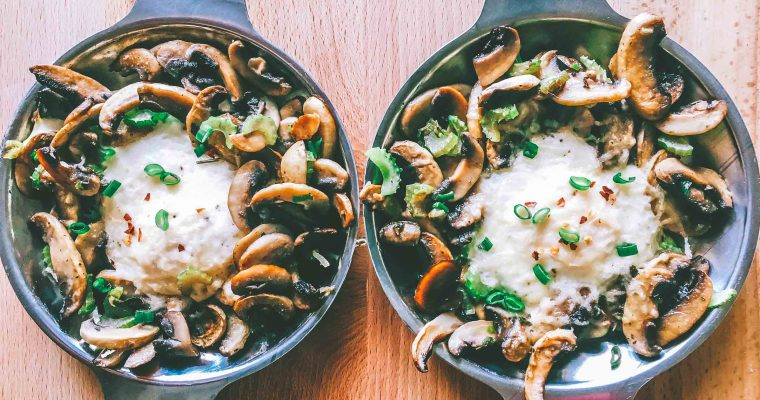 Mic dejun cu oua ochiuri, ciuperci si parmezan