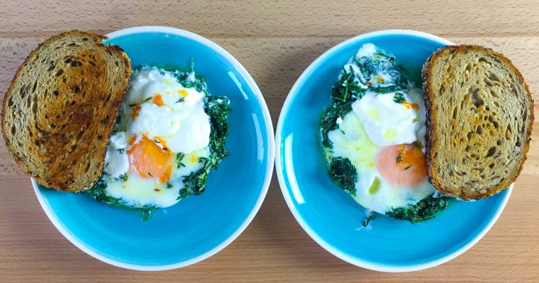 Micul dejun cu oua turcesti, iaurt si sos chili