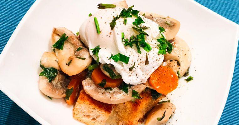 Brunch cu ragu de ciuperci si oua posate